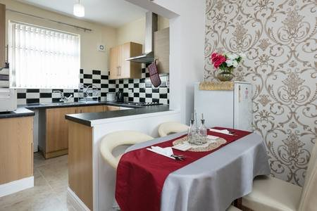 3 BEDROOMS HOLIDAY HOUSE NEAR MANCHESTER CITY STADIUM - Family & Friends, holiday rental in Mossley