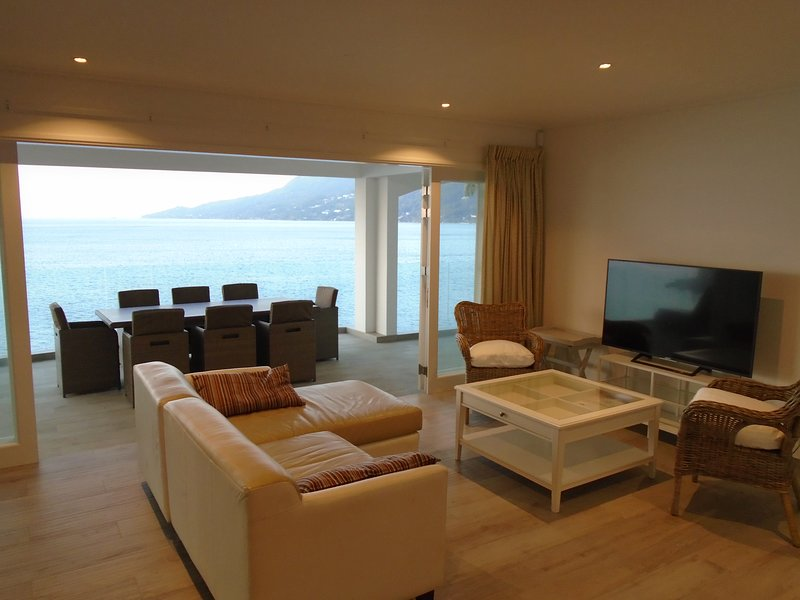 VallonEnd Beachfront villa - Apartment 2, location de vacances à Mare Anglaise