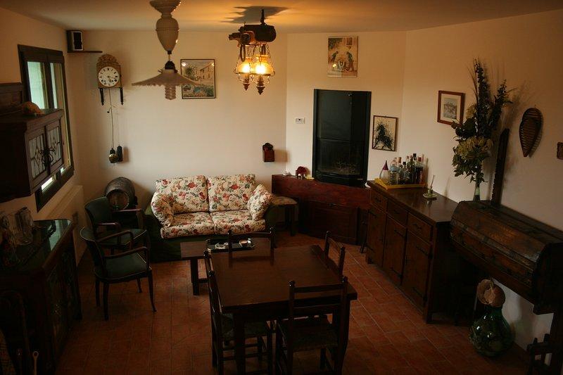 casetta di campagna in posizione tranquilla con giardino recintato, holiday rental in Appignano