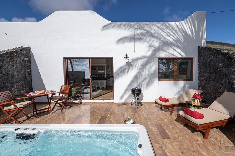 Eigen terras met een zwembad-jacuzzi-spa verwarmd