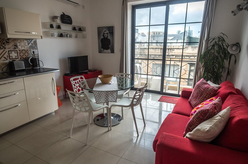 Centrally located Sliema apartment, holiday rental in Sliema