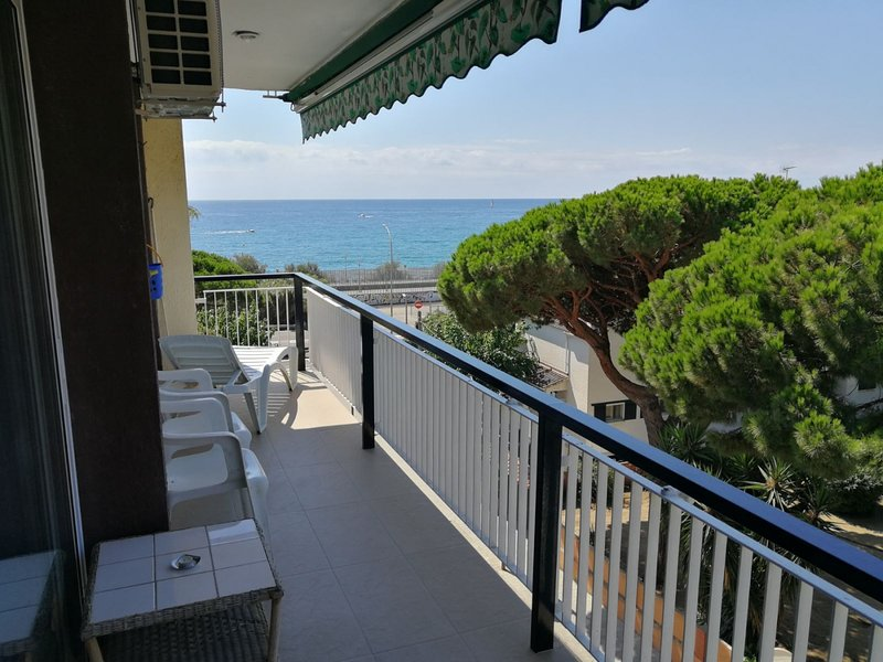 Apartment with pool at 35 kms Barcelona at 100m beach and train, holiday rental in Caldes d'Estrac