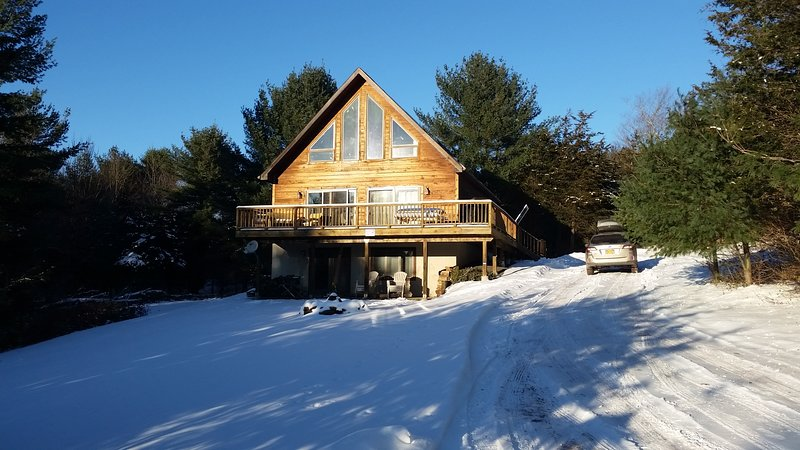 Ski Chalet with Mountain Views - Grill & Firepit, holiday rental in Stamford