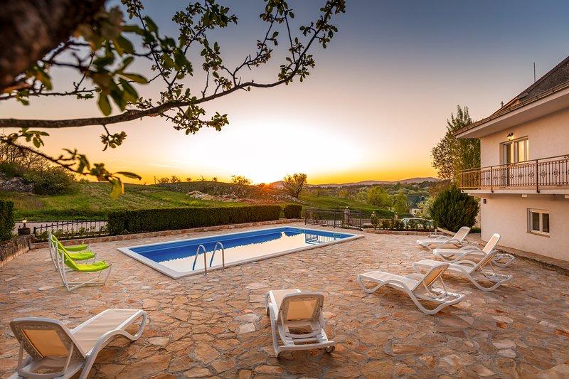 Hacienda Sylvia with HEATED 45m2 POOL!!, holiday rental in Cista Provo