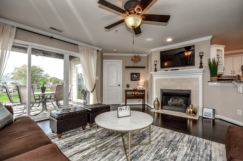 Lake Norman Retreat|Lakefront Luxury Condo|Restaurant|Shopping|Wi-Fi|Pool, vacation rental in Huntersville