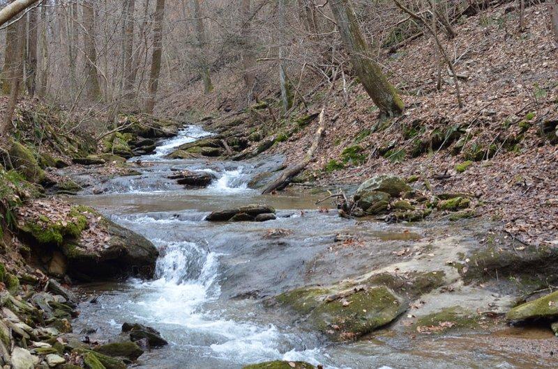 Creek at Mill Creek Falls Retreat Center que conduce a Mill Ruins, Lock 12 y Holtwood Dam