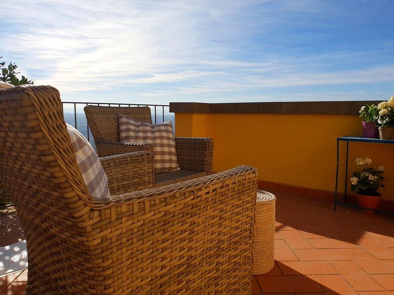 Super Panoramic Private Terrace in the Historical Centre of Cortona, casa vacanza a Cortona