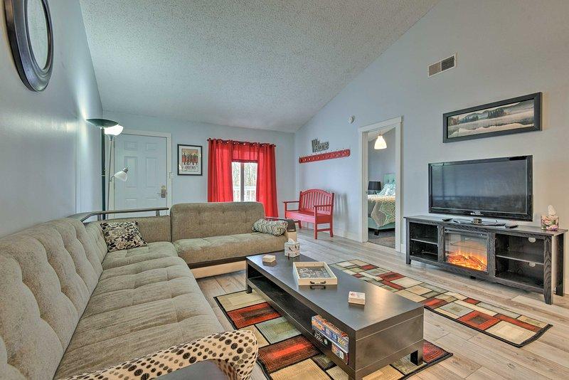 Há também uma lareira elétrica e TV de tela plana a cabo na sala de estar.
