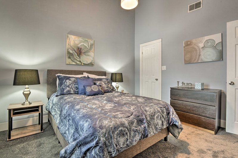 Perfeito para casais, este quarto dorme 2 em uma cama queen-size.
