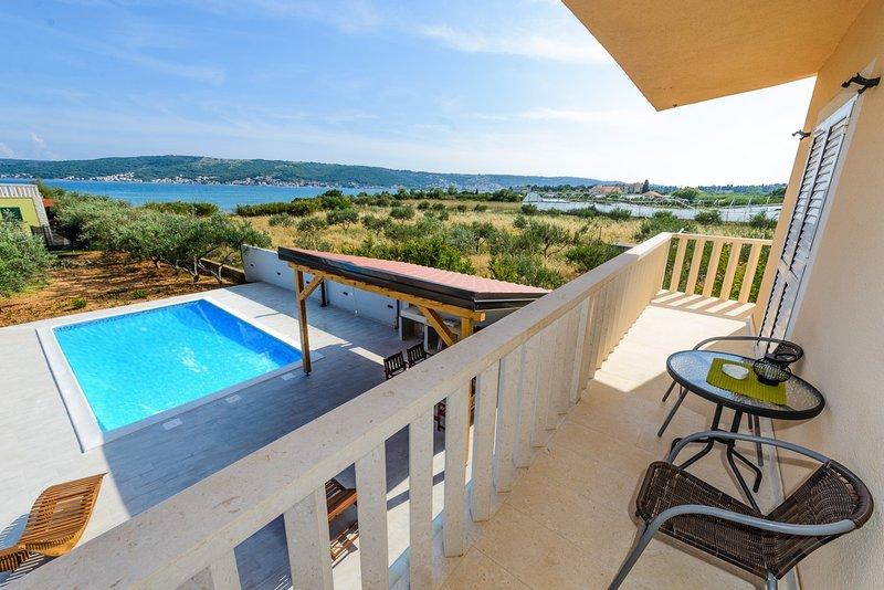 A2 apt with private beach, large pool, mooring... – semesterbostad i Kastel Stafilic