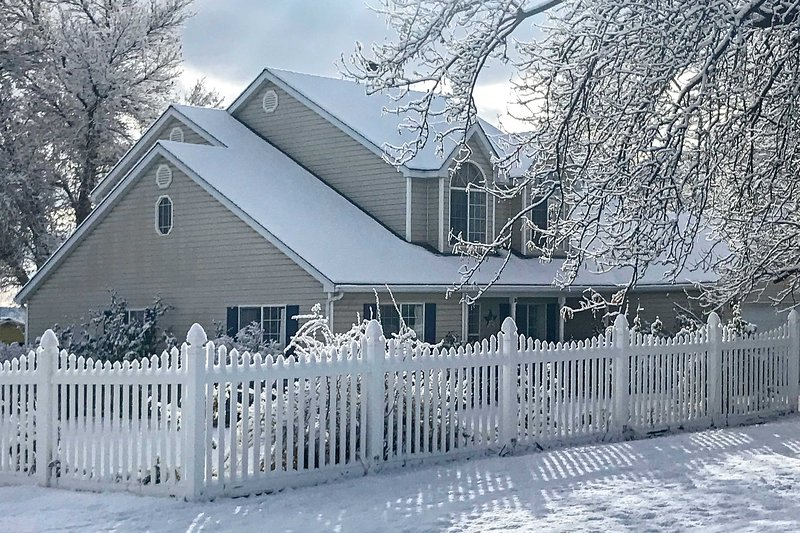 Private 2-Story Home 10 Miles to Bryce Canyon, holiday rental in Henrieville