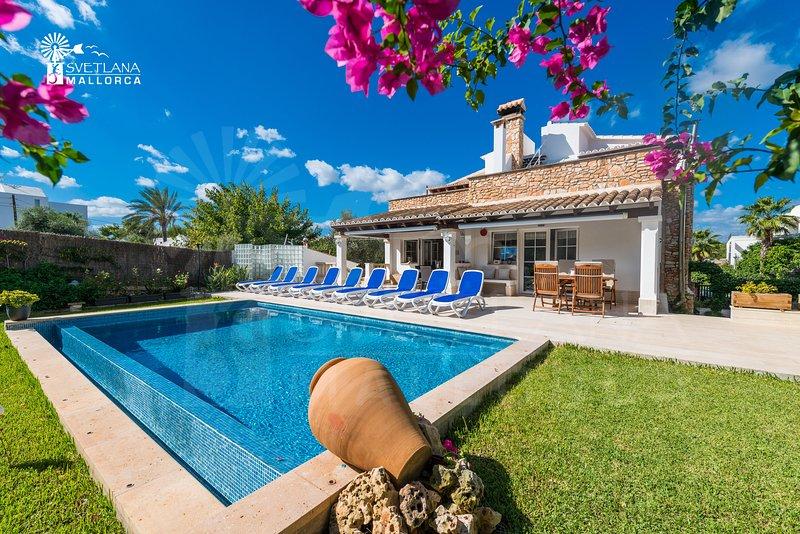 Villa Mari Pili,para 12 personas a unos 200m de la playa Cala Marsal,Porto Colom, holiday rental in Cala Marcal
