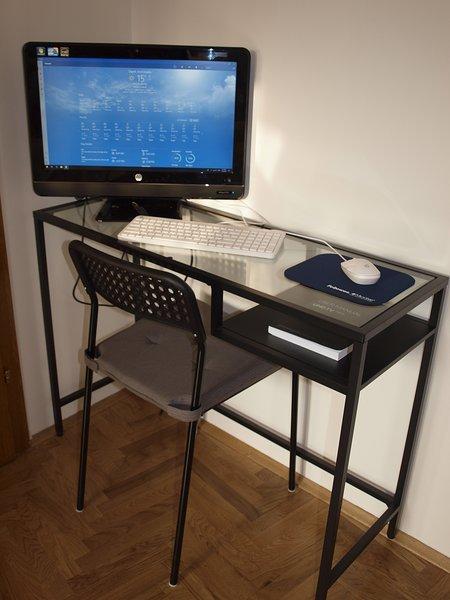Scrivania con PC desktop