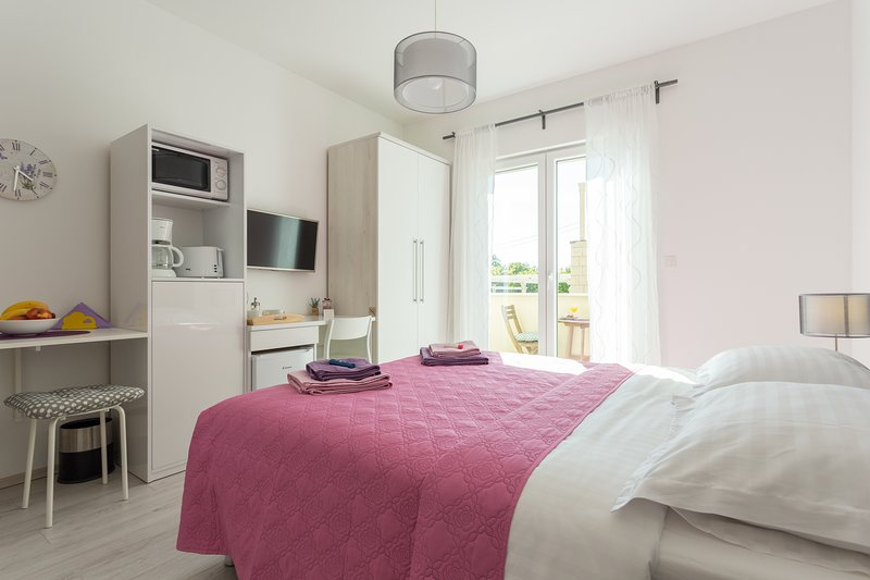 Elegant room with balcony and garden view, holiday rental in Orasac