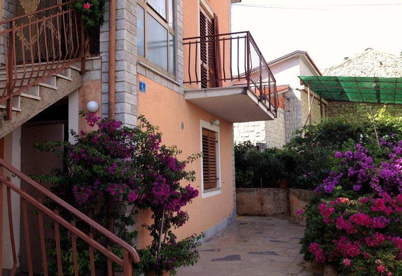 Apartamento Savudrija Maria 2 vicino alla spiaggia, terrazzo, Wifi, parcheggio, holiday rental in Savudrija