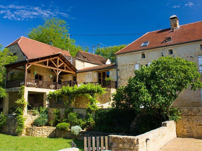 Vaste mas avec piscine privée, grand sauna, vues fantastiques, idéalement situé, holiday rental in Saint-Julien-de-Lampon
