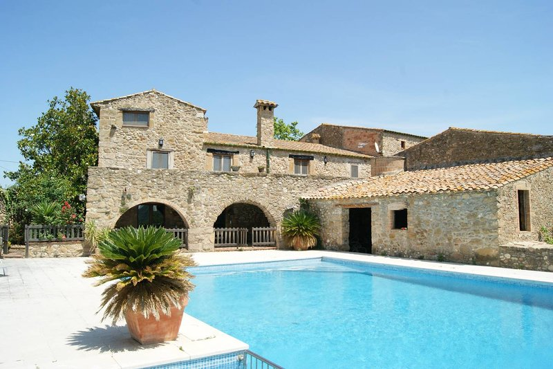 Spacious mansion with swimming-pool, alquiler de vacaciones en Figueres