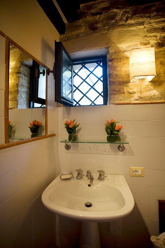 Melanzio apartment: one of the two bathrooms