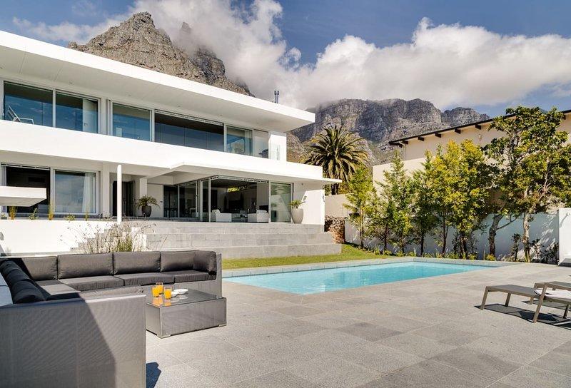Villa Maxima 8 - Ultra Stylish with Sea Views, location de vacances à Camps Bay