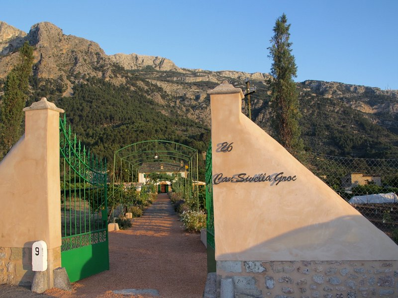Can Sivella Groc - Finca with garden, pool and wine cellar in Soller,WIFI GRATIS, holiday rental in Llucalcari