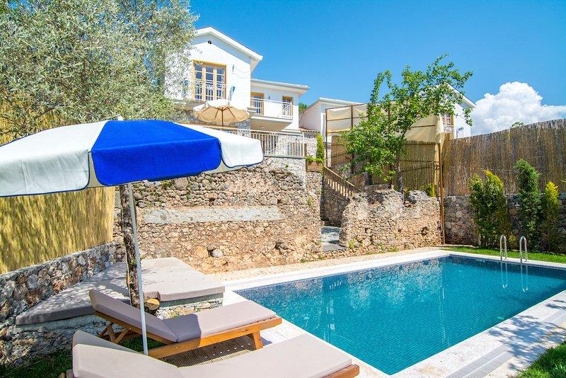Keciler Villa Sleeps 6 with Pool and Air Con - 5702427, casa vacanza a Kayaköy