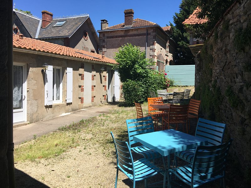 Beautiful house with shared pool, location de vacances à Les Herbiers