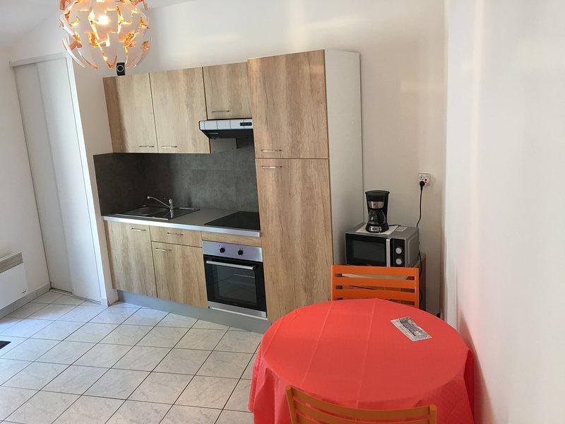 GITE 2 POUR 2 PERSONNES AU SEIN DU DOMAINE DU CHATEAU DES TOURELLES EN VENDEE, holiday rental in Saint-Georges-de-Montaigu