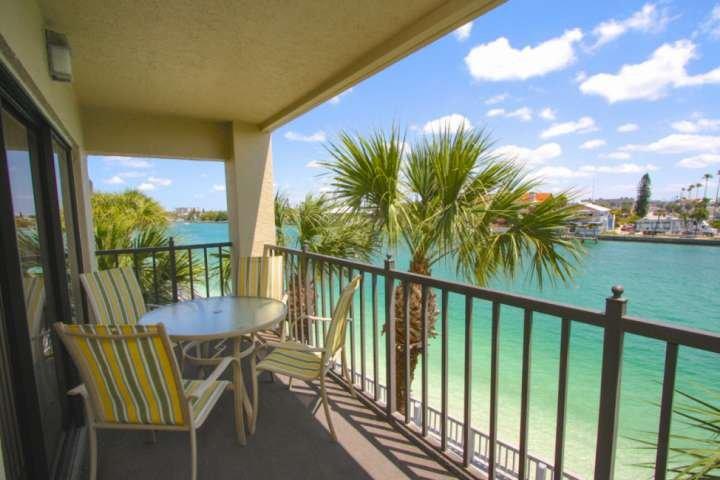 Master w/King Bed & Private Balcony! W/D in Unit & Wifi.  Fabulous View!, aluguéis de temporada em Treasure Island