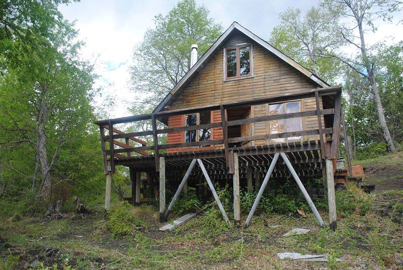 Vista Principal de la cabaña desde el frontis bajo la terraza