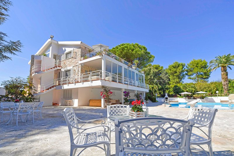 Villa del Sole : Luxury Villa with Heated  Pool in Apulia, holiday rental in Martina Franca