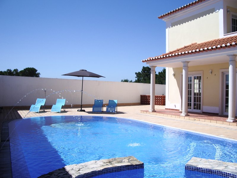 Spacious Villa with pool, whirlpool & WIFI close to the beach of Foz do Arelho, alquiler de vacaciones en Caldas da Rainha