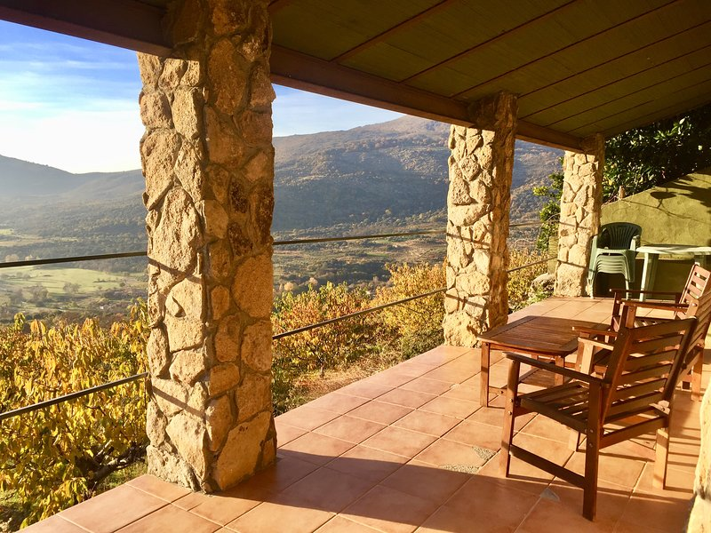 Valle del Jerte en plena Naturaleza. Preciosas casas de piedra, con vistas Valle, vacation rental in Hervas