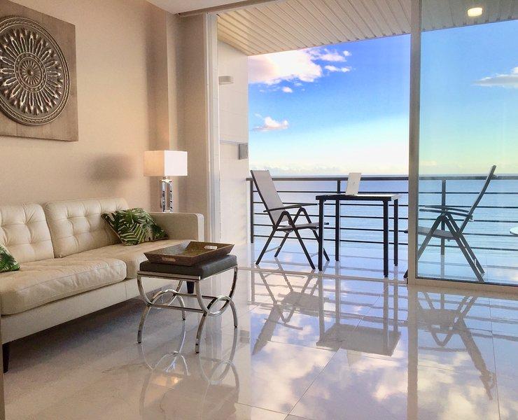 Salón, balcón y vistas.