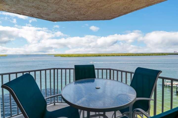 Godetevi pasti, bevande e una vista panoramica e senza ostacoli della baia di Estero a perdita d'occhio dal balcone al 5 ° piano.