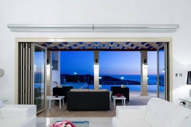 Spectacular 5 star villa with mountain & sea views, holiday rental in Pano Arodes