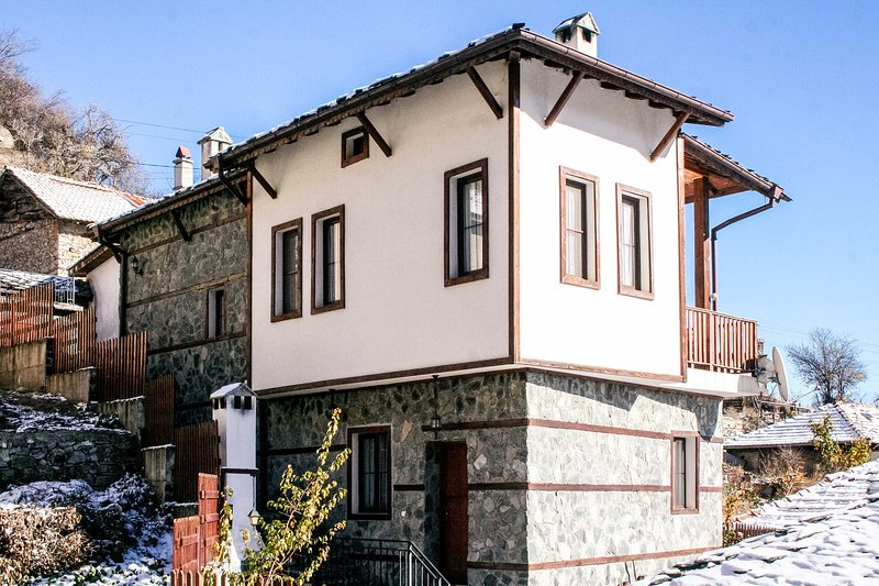 Renovated Villa Overlooking The Pirin Mountains, vacation rental in Kovachevitsa