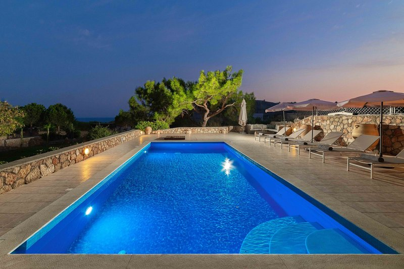 Vues sur la baie de Navarone pendant que vous passez une soirée à nager dans la piscine