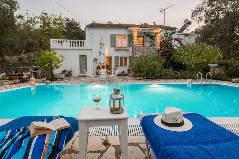 Villa Maritsa, Fontana. Sleeps 2-6. Villa With a Pool and Sea Views, alquiler vacacional en Magaziá