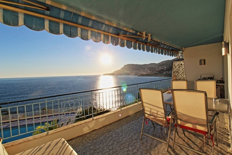 very elegant apartment directly front sea two bedroom, pool, private garden, location de vacances à Roquebrune-Cap-Martin