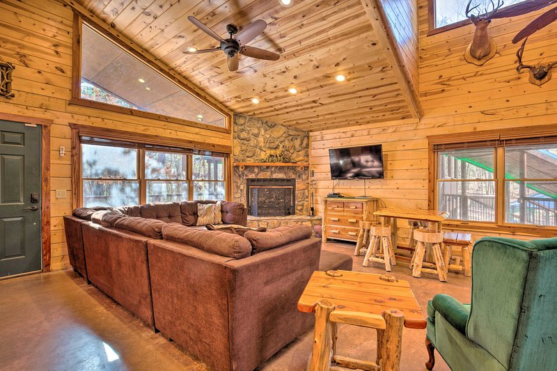 Spacious Broken Bow Cabin w/ Hot Tub & Playground!, vacation rental in Hochatown