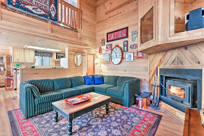 Cozy Cabin w/ Fireplace, Covered Deck & Gas Grill!, location de vacances à Vernon