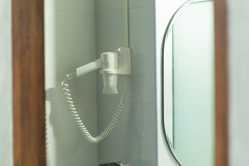 Asciugacapelli fatto in casa in bagno condiviso