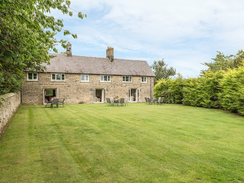 STEPHEN'S COTTAGE, family friendly, character holiday cottage, with a garden in, Ferienwohnung in Alnmouth