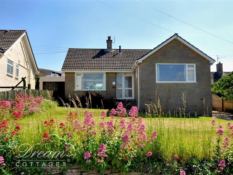 HILLVIEW BUNGALOW, sleeps 5, close to Hive beach, village location, Burton, vacation rental in Askerswell