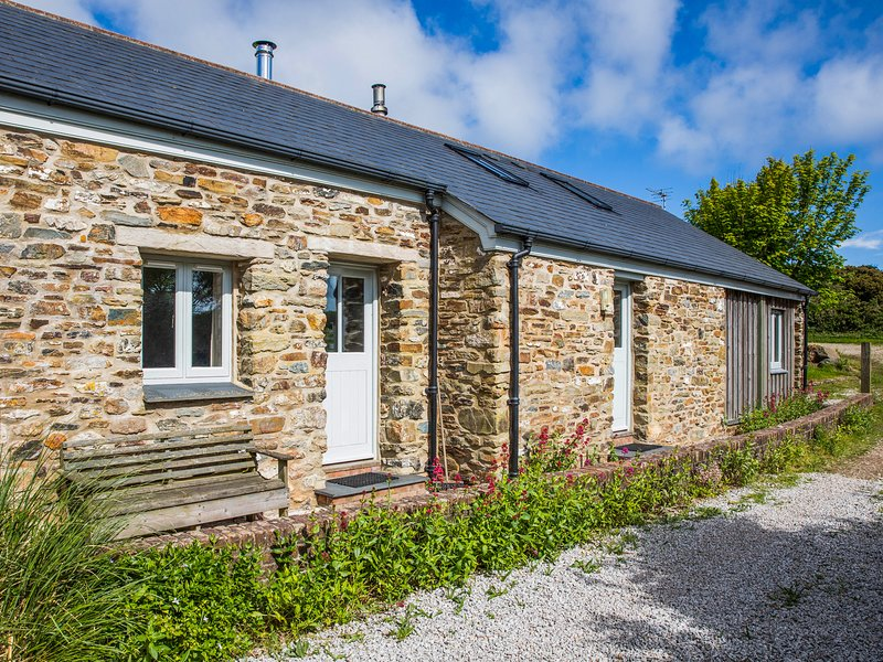 OREO'S COTTAGE, contemporary cottage with woodburning stove, walk to beaches in, vacation rental in St Agnes