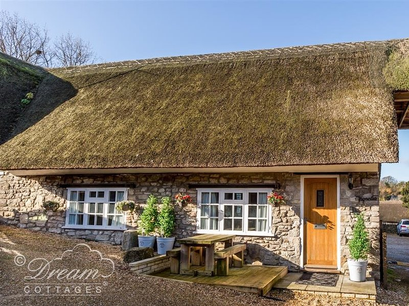 MAGNOLIA COTTAGE OSMINGTON, Thatched cottage, WiFi, Sleeps 4, Close to, location de vacances à West Knighton