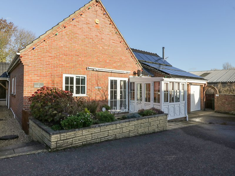 ANNEXE, all ground floor, pet-friendly, patio with furniture, in Newton, holiday rental in Hethel