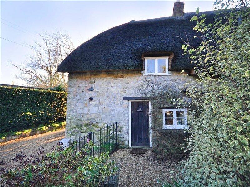 LITTLE IVY, Thatched cottage, Sleeps 3, parking, West Lulworth, holiday rental in Chaldon Herring