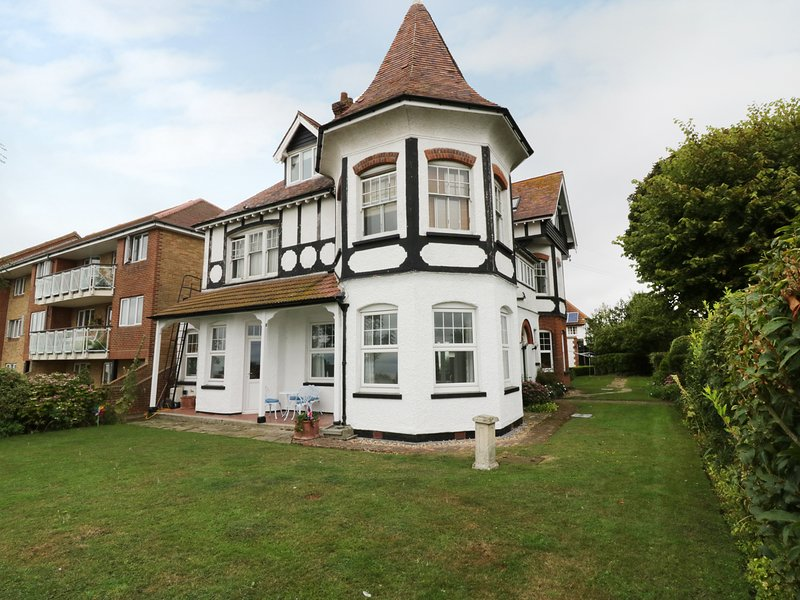 FLAT 1, CAMBRIDGE COURT, sea views, Frinton-On-Sea, vacation rental in Frinton-On-Sea