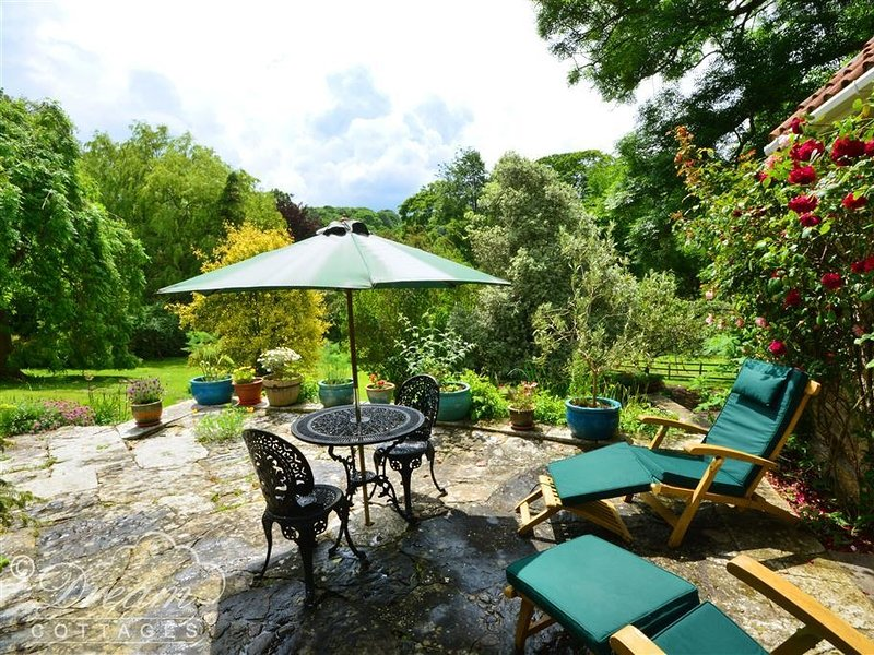 SIXPENNY COTTAGE, sleeps 2, village location, c4 miles to beach, Upwey., location de vacances à Stratton